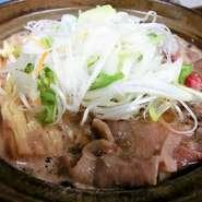 薄切り肉と野菜や豆腐をすき焼き風にしっかり煮込んであります。 サラダ、小鉢、御飯、汁物付き