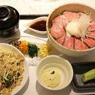 黒毛和牛のモモ肉を使ったローストビーフ丼。赤身肉の濃い旨味をさっぱり食べられると女性に人気のメニューです。おろした本わさびをのせて。サラダ、小鉢、汁物付き。