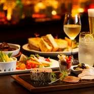 2名様から利用できる、選べるドリンク2杯とシェアできる料理がセットになった「プレジャー オブ マルノウチ」が人気。モダンで洗練された空間が、大切な人との優雅な時間を演出します。