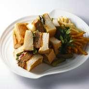 チキン、スモークサーモン、パテ ド カンパーニュなどを盛込んだ、カメリアオリジナルサンドウィッチ。