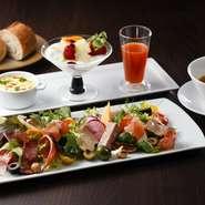 葉野菜、ハム、トマト、パテ・ド・カンパーニュを彩り鮮やかに盛られたプレートや、豆乳グラタン、フルーツヨーグルト、有機ミックスジュースも付いて盛り沢山。