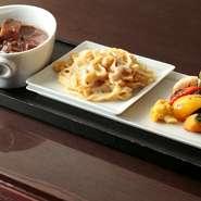 1915 年のホテル開業当初から食通に愛されてきた東京ステーションホテル伝統の味。当時のレシピをもとに当ホテルの総料理長 石原 雅弘が現代の味覚に合わせてアレンジいたしました。