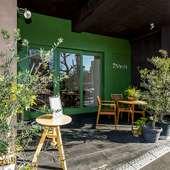 お店のカラーである緑を基調とした、目を引く外観