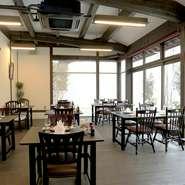 松江造りの建物で、1階はテーブル席と座敷席があり、落ち着いた和空間です。2階には座敷の個室もあるので、ゆったりとくつろげるようになっています。