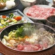 『しゃぶしゃぶ』などで使用しているのは地元島根県産黒毛和牛。脂と赤身のバランスがよいのが特徴です。洋食で使用する大きな有頭海老、ベニズワイガニ、野菜も地元のおいしいものだけが使用されています。