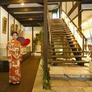 外観は、松江造りの古風な趣きある佇まい。店内も、明るくすっきりとした和空間になっています。壁には絵画コレクションの数々。旧オーナーから受け継いだもので、新しい建物と古いものがうまく調和しています。