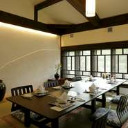 2階には、ゆったり過ごせる個室があり、ビジネスシーンにも最適。島根県産の黒毛和牛を使った『しゃぶしゃぶ』や『すき焼き』のコースは、ゲストにも満足していただけるのではないでしょうか。