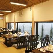 お部屋には、大きな窓があり、そこから見える松江城は絶景です。ご友人との会話も弾むことでしょう。四季折々、その時にしか見られない景色とともに、おいしいお料理をご堪能ください。