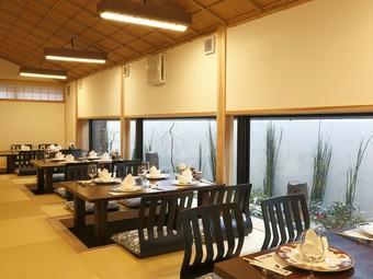 大きな窓から望む松江城。美味しいお料理とともに