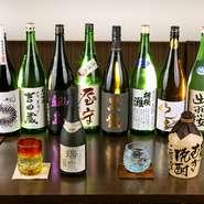 福井県の大吟醸「黒龍」、佐賀県の「鍋島」など、日本酒好きにはたまらない銘柄が揃っています。ロックは琉球グラス、日本酒はワイングラスで提供。目で愉しみながら傾ければ、美味しさもひとしおです。