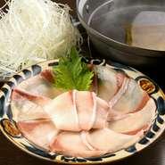 丸ごと1本仕入れた鰤を店内で仕込み。昆布とカツオに鯛をきかせた味わい深い出汁にくぐらせていただきます。鰤独特の臭味が感じられず、素材本来の旨みが広がる至極の鍋料理。