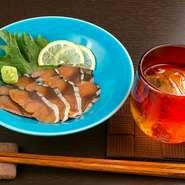 へしこ(鯖)を塩漬けにしてからぬか漬けにした、福井県の郷土料理。塩が鯖の旨みを際立たせ、香ばしいぬかの風味がやみつきになります。日本酒のお供にもぴったり。絶妙なマッチングを満喫してください。