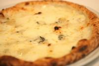 チーズ好きには最高の1品。 4種のチーズのそれぞれの特徴がうまくまとまってます。  モッツァレラ・グラナパダーノ・ゴルゴンゾーラ・タレッジオ *イタリア産ハチミツ+200