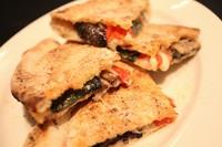 ~ナポリ風ピッツァ生地のホットサンドイッチ~  モッツァレラ・3種の野菜・自家製サルシッチャ