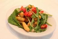 スティック状に揚げたピッツァ生地とプチトマト、 ルーコラのサラダ仕立て。