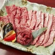 厳選の牛肉を提供しています。人気部位の和牛カルビ、熟成ロース、ハラミを盛合せた『マヨン盛り』。焼肉のタレ、コチュジャンも自家製、合せてお召し上がりください。