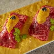 鮮度に拘った厳選赤身和牛を ウニのせ炙り握りとしてご提供。