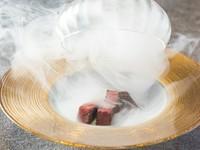 低音調理した厳撰赤身和牛を桜チップの薫香と共にお召し上がり下さい。