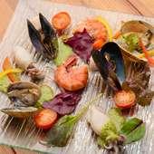 濃厚なジェノバソースでいろいろな鮮魚を味わえる『海幸のにぎやか盛り』