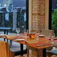 フランス・パリの街中にあるレストランを彷彿とさせる優美な佇まい。ビストロ感覚で本格的なフレンチ&イタリアンをリーズナブルに楽しめるのが魅力です。