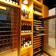 店内には大きなワインセラーがあり、料理に合わせて気軽に楽しめるようリーズナブルなワインが多数ラインナップされています。きっとお気に入りの1本が見つかるはず。