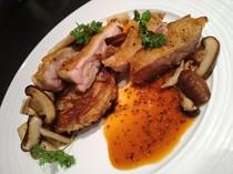 1本1本にワインの説明が書かれたラベル付きのウォークインセラー