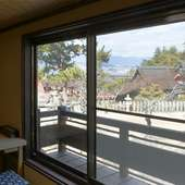 窓から望める世界文化遺産・厳島神社