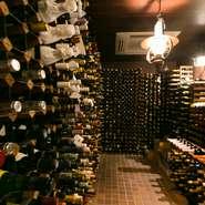 フランスを中心に数10カ国から集めた1,000種類以上のワインが眠る「王様のワイン蔵」。ボトルがずらりと並ぶさまは壮観のひとことです。シーンと料理に最適なワインが、ソムリエによって必ず見つかります。