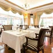 白壁と白のテーブルクロスが目を引く宴会場は、清楚かつゴージャスな雰囲気。パーティーは2人から200人まで対応可能です。12人まで収容できる少人数用の個室もあり、宴会や女子会などさまざまなシーンで活躍します。