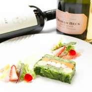 キングオブダイニングといえば『テリーヌ』。季節の素材を使った上品な味わいは、ワインにもぴったり。