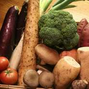 お肉料理を彩る野菜にも自信あり。料理人が美味しいと思うものを吟味し、産地にこだわらず幅広く取り寄せています。旬の野菜もまた、シンプルに焼き野菜で味わうのがベストです。