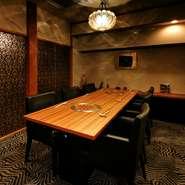 高級感のある個室は、接待や商談などビジネスシーンにも対応しています。いろいろな部位の上質なお肉と選りすぐりの旬野菜でつくる『焼肉コース』や『会席膳』で、大切な方をゆったりとおもてなし。