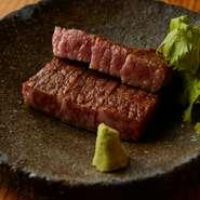 新鮮な肉をレアに焼き上げた分厚いステーキ。口に入れると脂の甘み、肉の芳醇な味わいがあふれます。五島列島の海塩とコショウ、わさびでシンプルに味わって。土佐醤油をつけるとさらにまろやかになります。