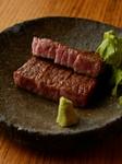 専門店ならではの素材、調理法。最高級の肉をベストな焼き加減で提供する『特選ステーキ』