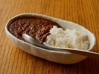 牛すじを煮込んだ〆にぴったりのカレーです。甘辛くて深い味わいは、肉料理の後でも「別腹」に収まると評判。
