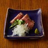 やわらかい食感と肉の旨味が口中に広がる逸品。お酒が進む『ローストビーフ』