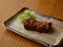 厚みのある信楽焼の器。お肉、季節によって使い分け