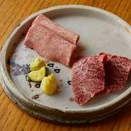 お刺身の肉は仕入れたその日に使い切るようにし、常に鮮度を保っています。「タン」は脂ののったタン元、「ハラミ」は一頭からわずかしか取れない希少な部位です。コクのある土佐醤油とわさびでどうぞ。