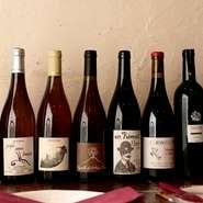 フランスの生産現場を訪れて厳選したワインを提供するこだわり!自然派ワインの赤と白を常時4~5種揃え、料理に合う1杯を案内してくれます。スパークリングワインもおすすめです。