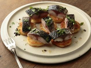 口の中に広がる食感が独特な『炙り〆サバとじゃが芋』
