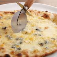 4種のチーズが乗った贅沢なひと品。『クアットロ フォルマッジ』