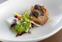素材本来の甘味を引き出す、シェフ自慢の一皿『有機玉ねぎの丸ごとロースト バーニャカウダソース』