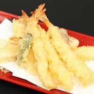 天ぷら油は、290余年間つくり続けられている竹本油脂の「マルホン胡麻油」を使用。胡麻油のみだとくどくなるので、白絞め油をブレンドしています。揚げ温度は160~180度で、食材によって変える繊細さ。
