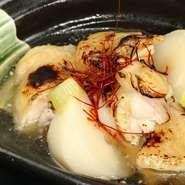 良質な銘柄鶏として人気のある香鶏。炙りのほか、コースとして煮物でもご提供。毎日あるとは限りませんが、声を掛けていただければ天ぷらも調整いたします。