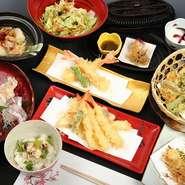 日本の豊かな季節の味覚を、揚げ物や煮物、焚き物などさまざまな和の調理法でご提供します。揚げ油の中に使う胡麻油は、竹本油脂謹製の「老舗のごま油」。香りも食感も豊かな天ぷらには欠かせない油です。