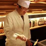 お客様が身構えず、ゆったりとした時間を過ごせるよう笑顔でお出迎え。揚げたての天ぷらを提供するため、お一人ずつのペースに合わせた配慮も心がけています。