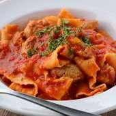 トマトを使った幅広の平打ち麺と、味わい深い自家製ソーセージが秀逸『自家製ソーセージのアラビアータ』