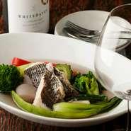 有機野菜と天然の鮮魚でつくるアクアパッツァ。優しい味わいで幅広い年齢層に受け入れられています。