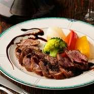 厳選食材でつくる『フランス産鴨のロースト』。当店のメニューのなかでも、特に人気の高いメニューです。鴨肉独特の風味と食感を引き立てるため、ソースも自家製にこだわっています。