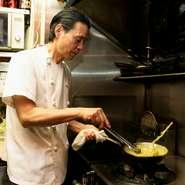 """""""食材を知ること""""が、食を楽しむことに繋がると考えております。お客さまに奥深い食の世界を知っていただくため、お料理の説明を積極的にさせていただいております。"""
